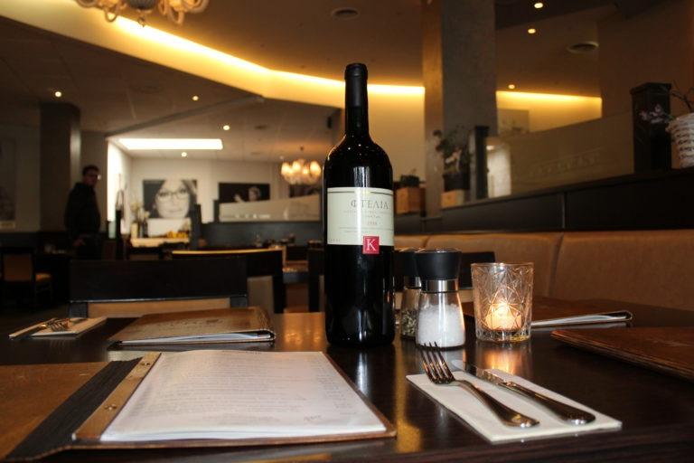 Wein und Speisekarte auf Tisch