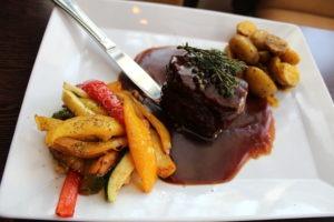 Steak mit Beilagen serviert